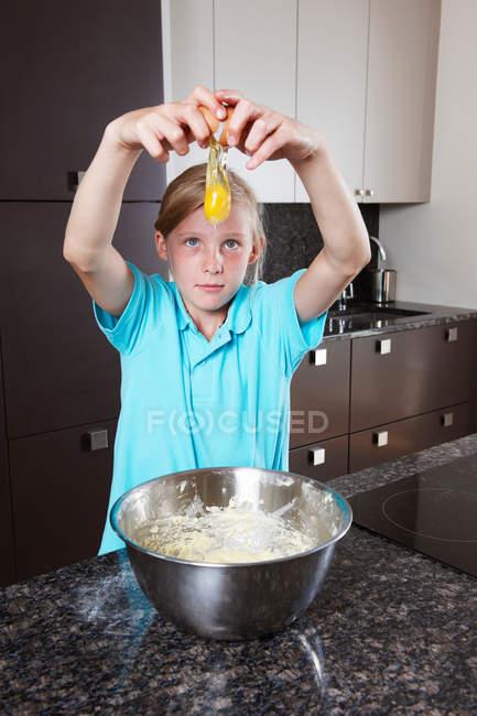 Разбивание яиц и смешивание яиц — стоковое фото