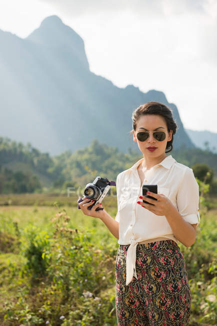 Mujer usando smartphone, Vang Vieng, Laos - foto de stock