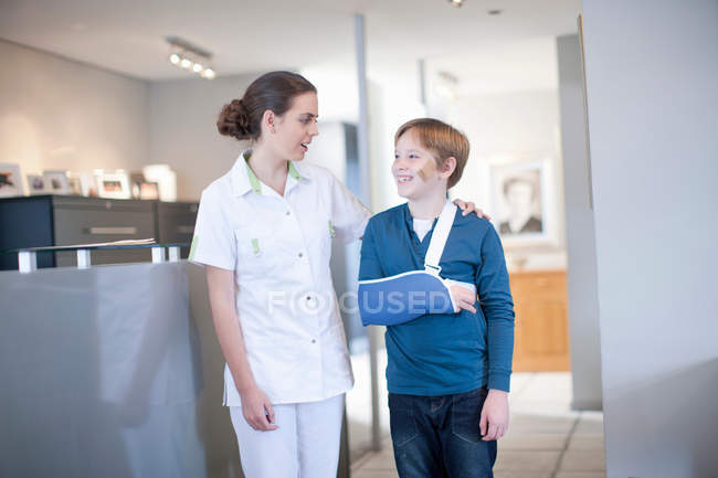 Krankenschwester mit junger Patientin im Empfang — Stockfoto