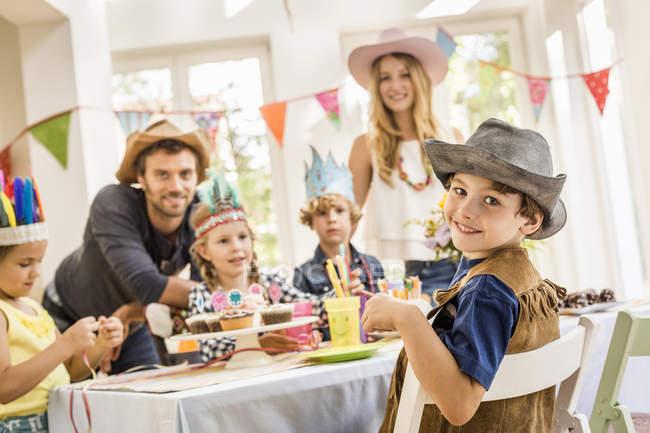 Portrait des parents et des enfants à la fête d'anniversaire des enfants — Photo de stock