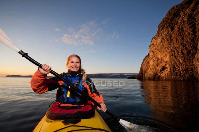 Mulher andando de caiaque no lago ainda — Fotografia de Stock