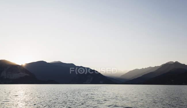 Montañas sobre el Lago Mayor, Verbania, Piamonte, Italia - foto de stock