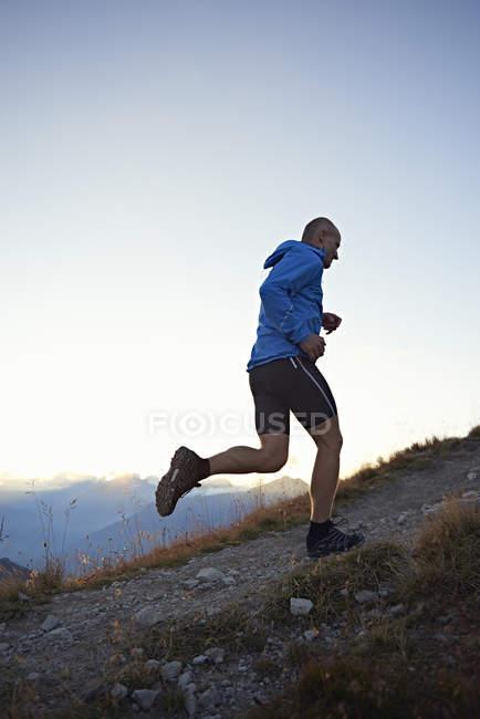 Trail runner in salita, Vallese, Svizzera — Foto stock