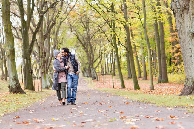 Coppia che cammina insieme nel parco — Foto stock
