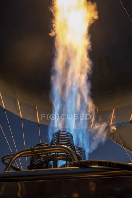 Cerca de la llama de gas del globo de aire caliente por la noche - foto de stock