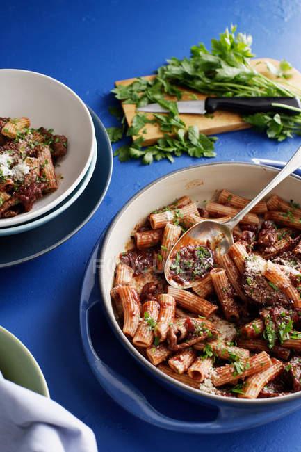 Горщик Рігатоні м'ясо з травами — стокове фото