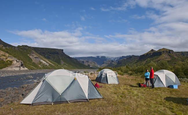 Couples discutant au camping Basar, Thorsmork, Islande du sud, Islande — Photo de stock