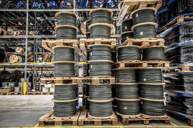 Стеки кабель котушок — стокове фото