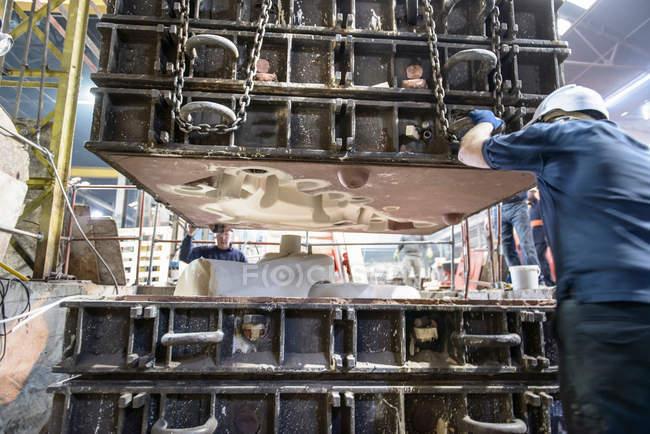 Ouvriers installant le dessus à la moisissure complexe dans la fonderie — Photo de stock