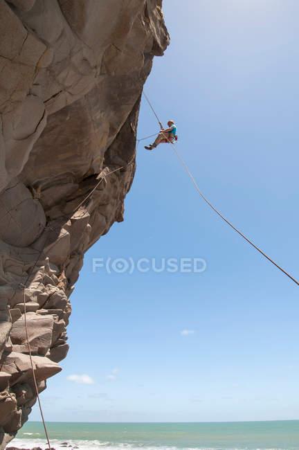 Kletterer Abseilen gezackten Felsen — Stockfoto