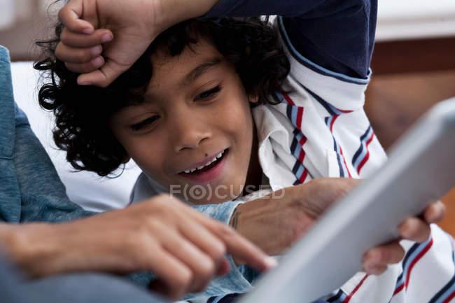 Primo piano di madre e figlio utilizzando tablet digitale — Foto stock