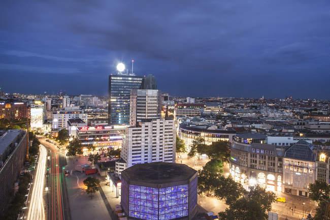Пташиного польоту міста центрі Берліна в нічний час, Німеччина — стокове фото