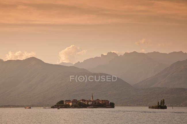 Berge über Dorf und See — Stockfoto