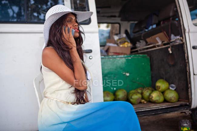 Женщина на телефоне в кемперване — стоковое фото
