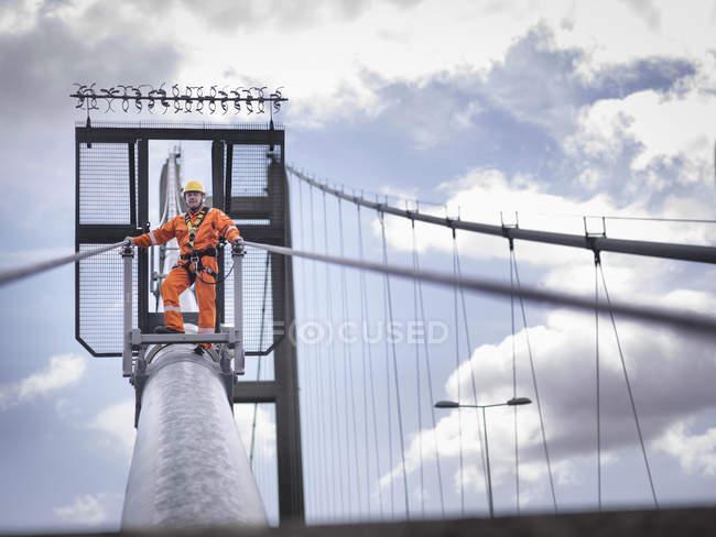 Работник моста на кабеле подвесного моста, Хамбер Бридж, Великобритания — стоковое фото