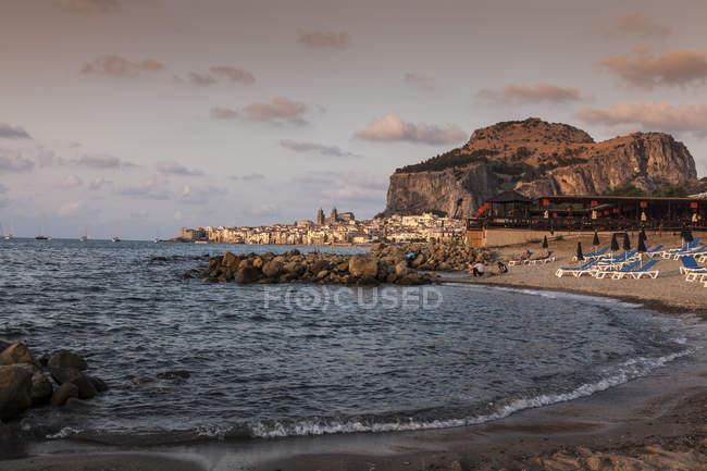 Strand und Mittelmeer, Cefalu, Palermo, Sizilien, Italien — Stockfoto