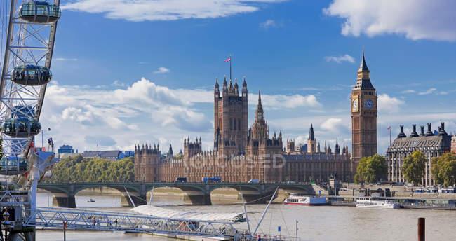 Casas del Parlamento y Río Támesis - foto de stock