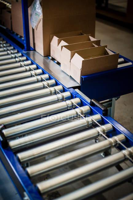 Стрічковий транспортер з картонні коробки — стокове фото
