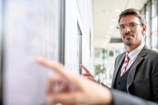 Geschäftsleute, die mit Touchscreens interagieren — Stockfoto