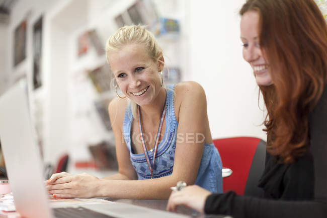 Two women, studying together — Stock Photo