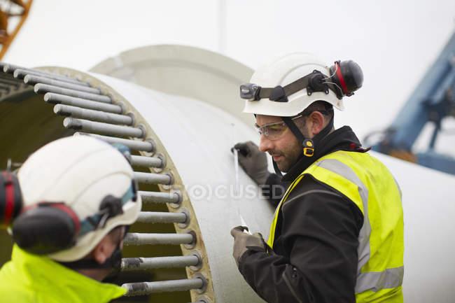 Ingénieurs travaillant sur le chantier d'éoliennes — Photo de stock