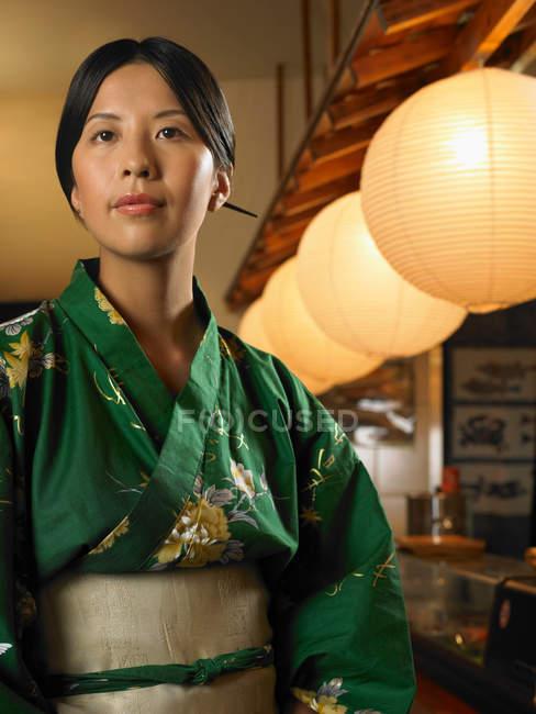 Junge Frau trägt traditionellen asiatische Kleidung — Stockfoto