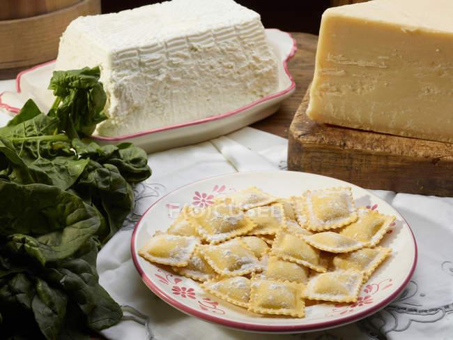 Pasta fresca con formaggio e spinaci — Foto stock