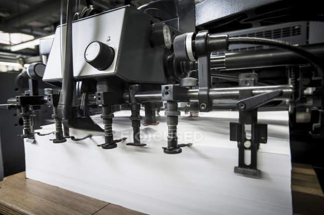 Documento preparado na máquina de impressão na oficina de impressão — Fotografia de Stock
