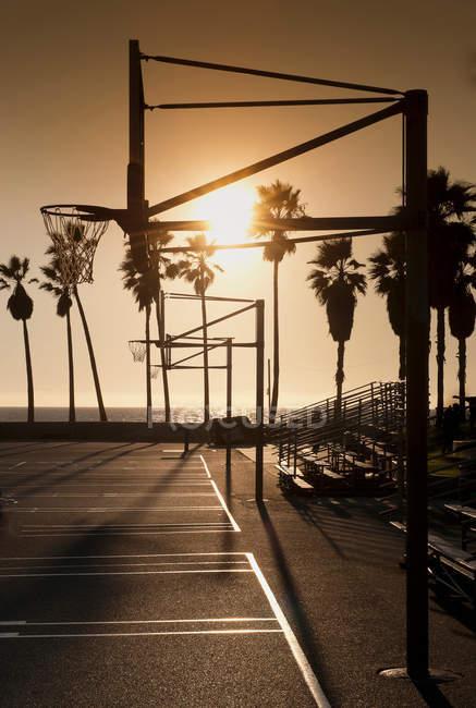 Aro de baloncesto en la cancha - foto de stock