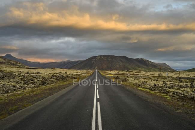 Vue panoramique du chemin avec le ciel nuageux et montagnes sur fond, Snaefellsnes, Islande — Photo de stock