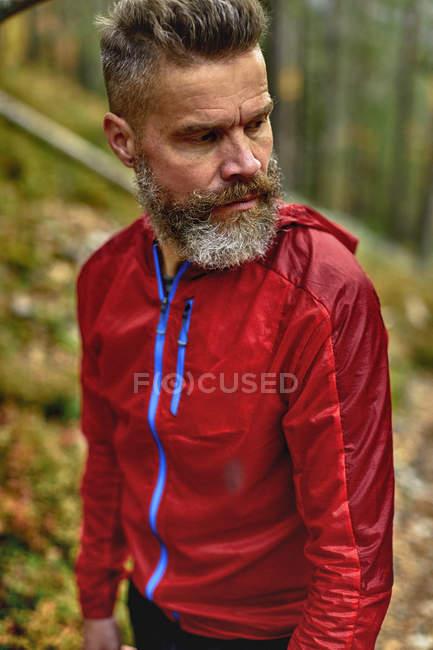 Портрет красивого бородатого людини в лісі — стокове фото