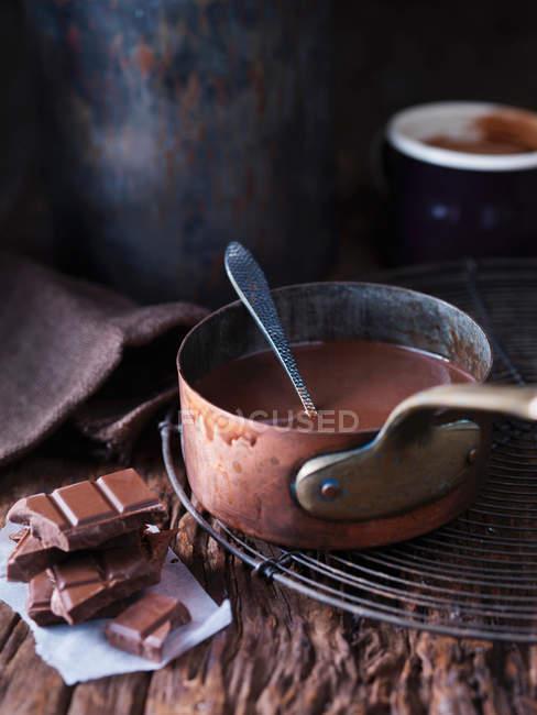 Каструлю з розплавленим шоколадом — стокове фото
