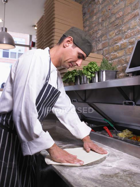 Chef de cuisine préparant la pâte à pizza — Photo de stock