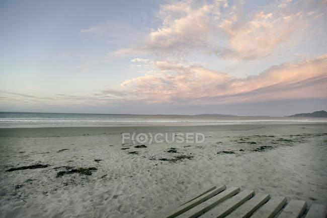Порожні пляжі під хмарного неба — стокове фото