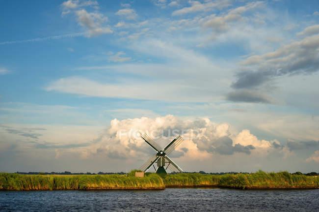 Windmühle in ländlichen Landschaft — Stockfoto
