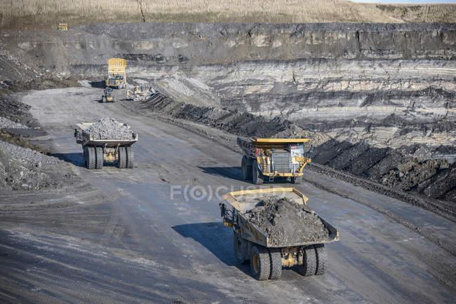 Dumpers contenant des roches à la mine de charbon à ciel ouvert — Photo de stock