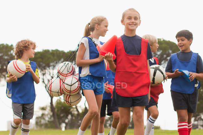 Дети ходят по футбольному полю — стоковое фото