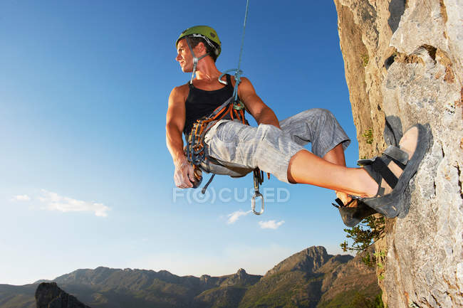 Man Climbing cliff at daytime — Stock Photo