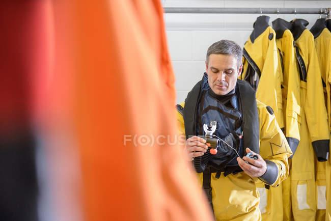 Оффшорные нефтяники проверяют оборудование для выживания в бассейне — стоковое фото