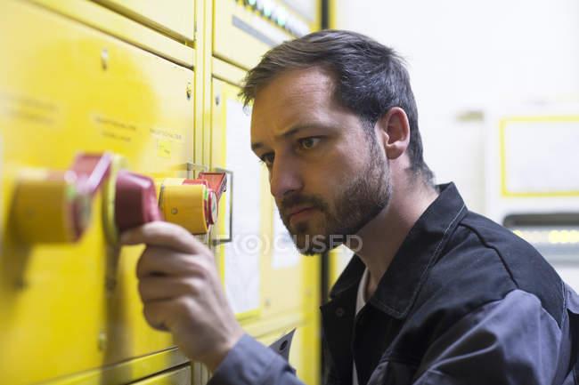 L'uomo che regola il lasciapassare sul pannello di controllo — Foto stock