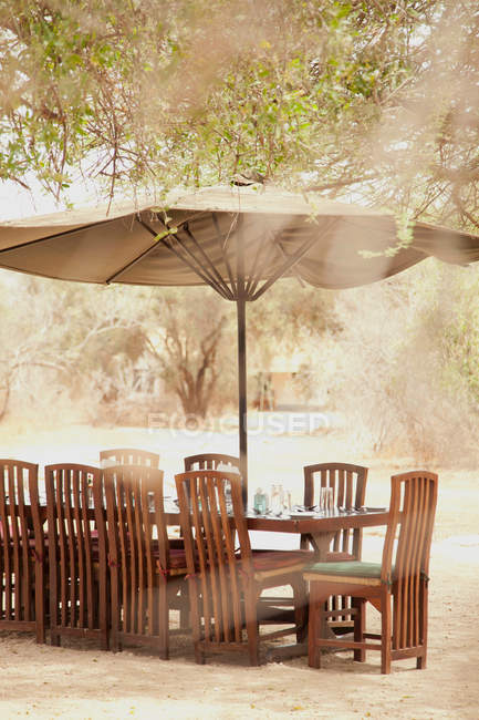 Lunch table setting at luxury tented safari camp — Stock Photo
