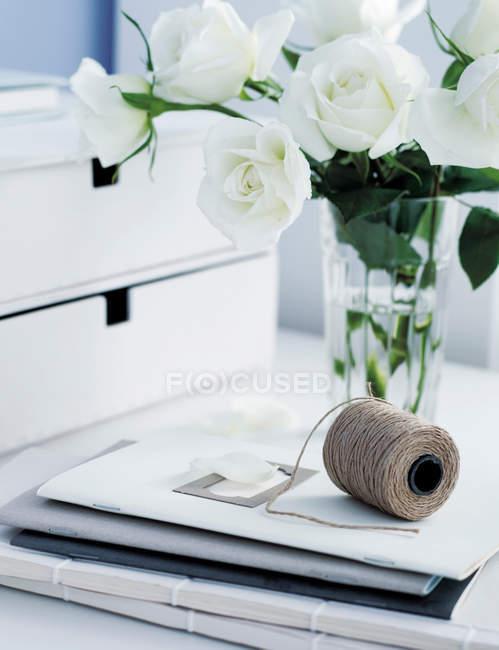 Rosas y carpetas en la mesa de oficina - foto de stock