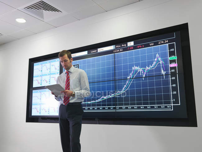 Businessman with graph on screen — Stock Photo