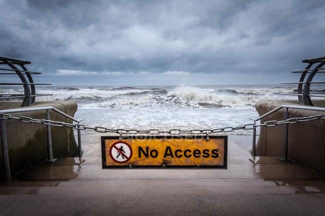 Ніяких ознак доступ в бурхливому beach — стокове фото