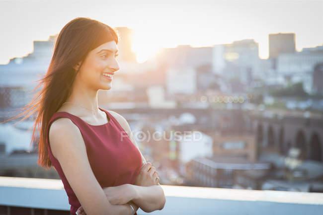 Mujer en la azotea, Birmingham, Inglaterra, Reino Unido - foto de stock
