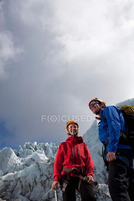 Randonneurs admirant le paysage glaciaire — Photo de stock