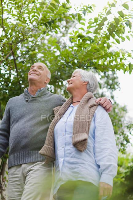 Älteres Paar spaziert gemeinsam ins Freie — Stockfoto