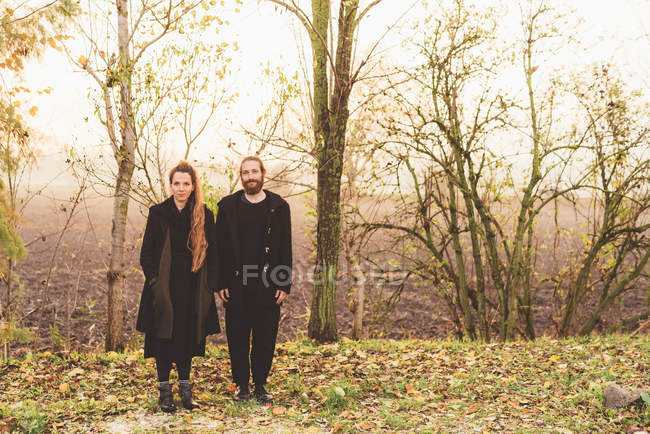 Portrait de couple dans le champ brumeux — Photo de stock