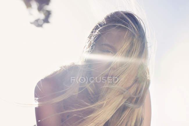 Mulher cobrindo seu rosto com cabelo — Fotografia de Stock
