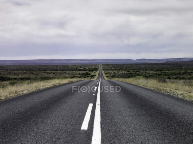 Пустой дороге в сельский пейзаж — стоковое фото